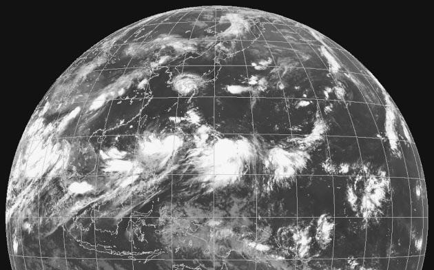 日本の南海上には台風などの雲が並び、高気圧の後退に伴って北上してくる(8月6日午前9時の全球衛星画像、気象庁提供)