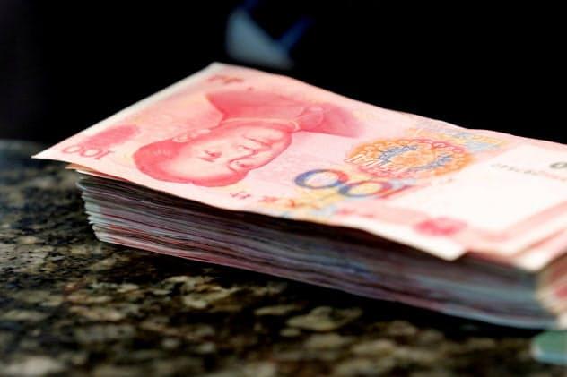 6日、中国人民銀行は人民元の基準値を11年ぶりの安値に設定した=ロイター