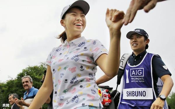 最終ラウンドの最中に、笑顔でギャラリーの声援に応える渋野日向子=共同
