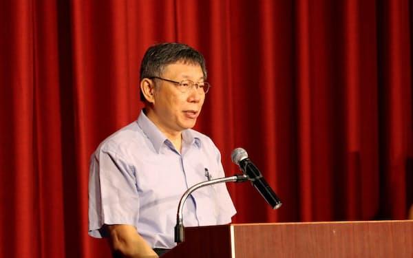 台湾民衆党の結党を宣言する柯文哲・台北市長(6日、台北市内)