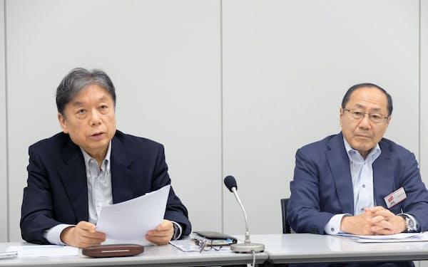 記者会見するSUMCOの橋本真幸会長兼CEO(左)(6日、東証)