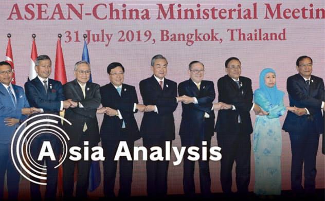 ASEANとの外相会議で中国の王毅外相(中央)は「行動規範」策定の進展を自画自賛し?#37089;?月31日、バンコク)=石井理恵撮影