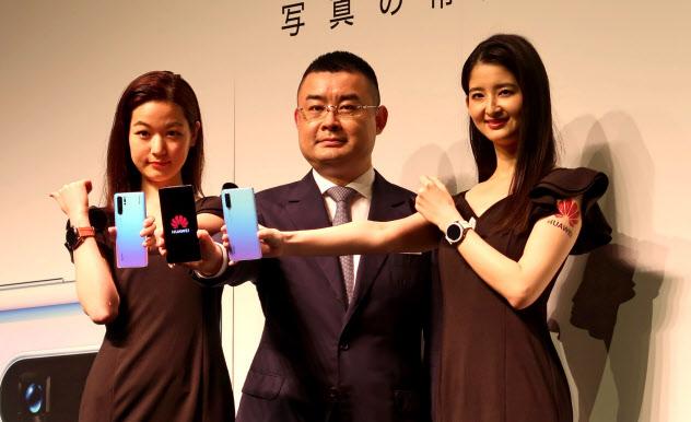 携帯大手はファーウェイの新型スマホを5月に発売する予定だった(5月21日、都内で開いた記者会見)