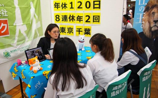 企業は高卒生を確保しようと熱心に売り込む(7月に開かれた合同企業説明会)