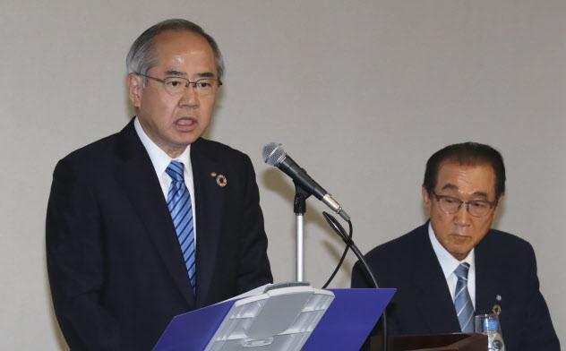 資本業務提携を発表するキリンHDの磯崎社長(左)とファンケルの池森会長(6日、東京都中央区)