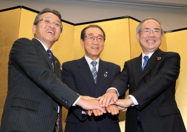 記者会見で握手する(右から)キリンホールディングスの磯崎社長、ファンケルの池森会長と島田社長(6日、東京都中央区)