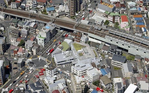 京成電鉄で停電が発生し、体調不良を訴えた乗客が病院に搬送された押上線八広駅(右上)周辺に集まった救急車両など(6日午前10時25分、東京都墨田区)=共同通信社ヘリから