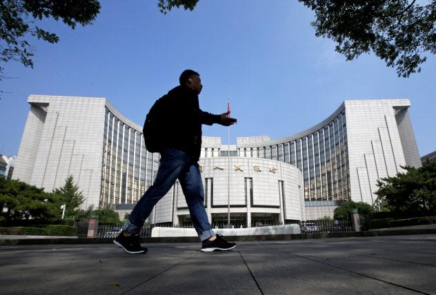 中国は急速な元安が米国を刺激することにも留意しているとみられる(北京の中国人民銀行)=ロイター