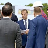 ロシアのメドベージェフ首相(中央)は北方領土を訪問し実効支配を誇示した(2日、択捉島)=共同