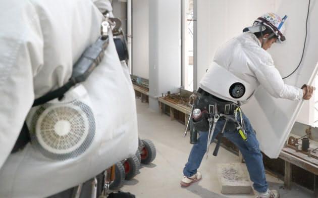 小型扇風機が付いた作業着で作業する建設現場の作業員(大阪市中央区)