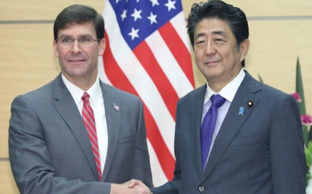 会談を前にエスパー米国防長官(左)と握手する安倍首相(7日午前、首相官邸)