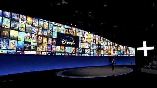 動画配信サービス参入への地固めをするディズニーだが、移ろいやすい消費者をつかみ続けられるかは課題だ(4月、サービスを発表する担当者)