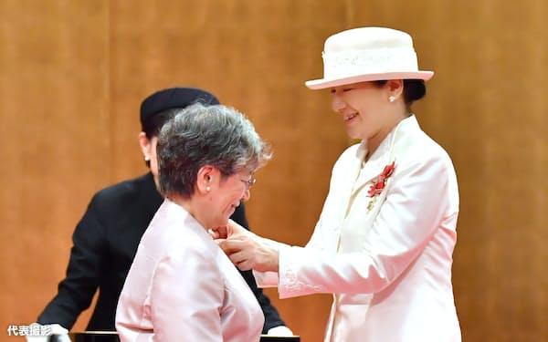 第47回フローレンス・ナイチンゲール記章授与式で受章者の秋山正子さんに記章を授与する皇后さま(7日午前、東京都港区)=代表撮影