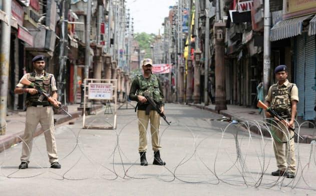 ジャム・カシミール州にはインド軍が大挙派兵され、住民は外出を禁じられ、外部との通信を遮断されている=ロイター