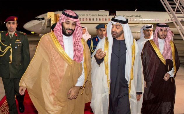 カショギ氏殺害事件後の初外遊でUAEを訪れたムハンマド・サウジ皇太子(左)を出迎えるムハンマド・アブダビ皇太子(右から2人目)=ロイター
