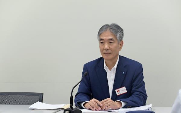 会見する昭和電工の竹内CFO(7日、東証)