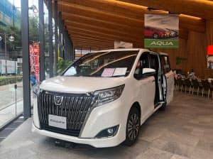 トヨタは全車種併売を機に兄弟車などを減らして、30車種まで絞る(名古屋市内の愛知トヨタ自動車の店舗)
