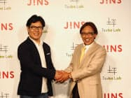 ジンズホールディングスの田中仁社長(左)と、慶応義塾大学の坪田一男教授が会見に出席した(7日、東京都港区)