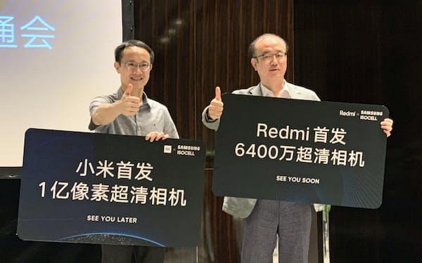 サムスン電子の画像センサーを搭載したスマホの発売を北京で発表する小米(左から林斌総裁、サムスンの李氏)