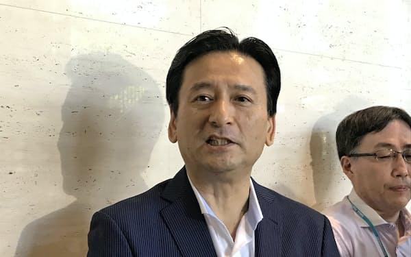 取材陣の質問に答える佐賀県の山口祥義知事(7日、佐賀県庁)
