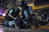 警察とデモ隊の攻防は激しさを増している(7日未明、香港)=AP