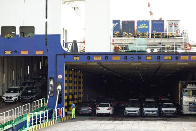 輸送船への積み込みが完了し英国へ向かう自動車(7月26日、独北部クックスハーフェン港)