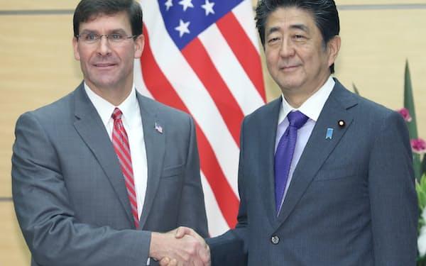 会談を前にエスパー米国防長官(左)と握手する安倍首相(7日、首相官邸)