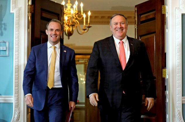 7日、ラーブ英外相(左)と会談したポンペオ米国務長官は中東の有志連合構想に英国が参加することに謝意を示した(ワシントン)=ロイター