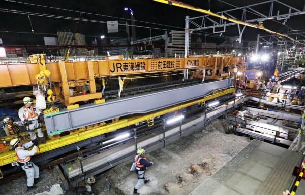 在来線の線路を支える工事用の橋桁を設置した(8日未明、JR名古屋駅)
