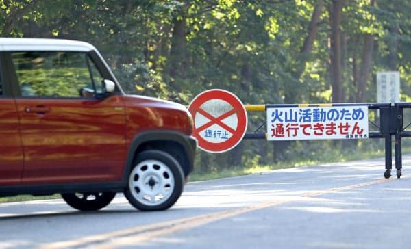 浅間山が噴火したため「鬼押ハイウェー」が通行止めになり、引き返す車両(8日午前、群馬県嬬恋村)