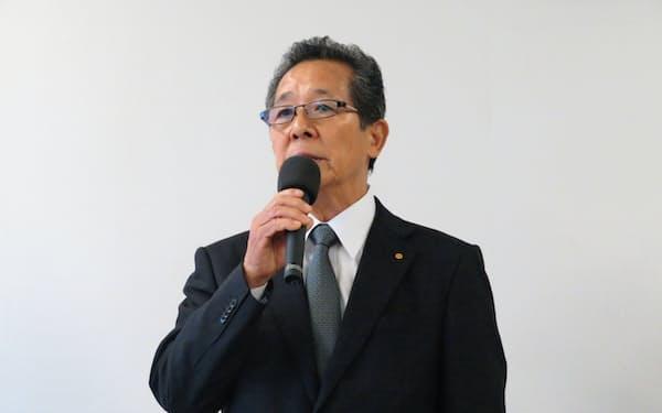 記者会見で説明する河合満副社長(8日、豊田市)