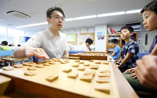 子どもたちに将棋を教える竹内貴浩さん(名古屋市中区)=上間孝司撮影