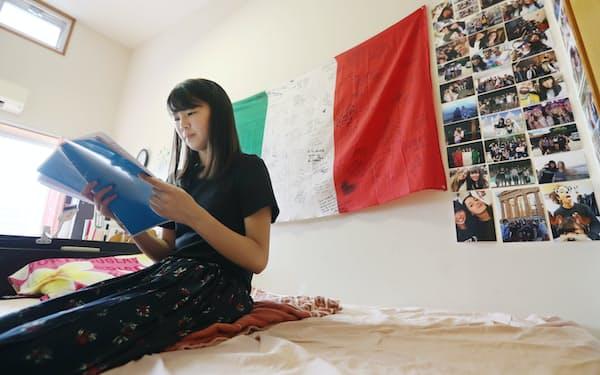 留学時に使っていたイタリア語のテキストを開く藤島果音さん(大分県大分市)=沢井慎也撮影
