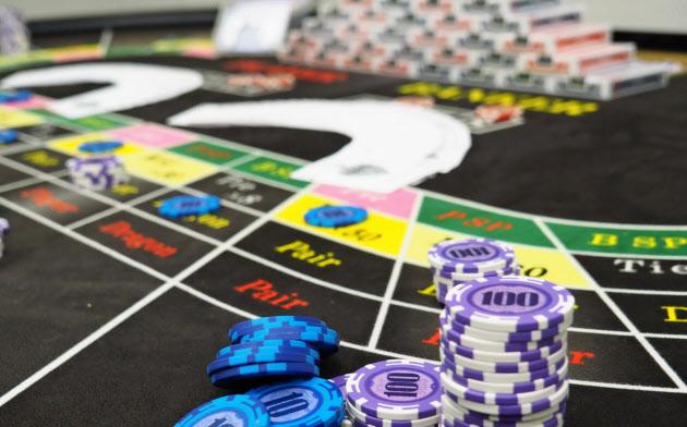 警視庁が押収したバカラ賭博用品(7月4日、東京都新宿区)