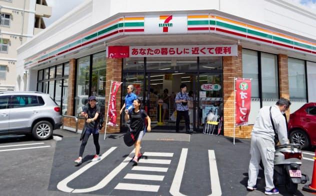 多くの地元客でにぎわうセブン―イレブンの店舗(8月上旬、那覇市内)