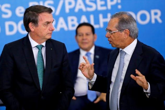 ブラジルのボルソナロ大統領(左)はゲジス経済相(右)の提案?#24037;?#32076;済改革を推進?#24037;耄ǎ?#26376;24日、ブラジリア)=ロイター
