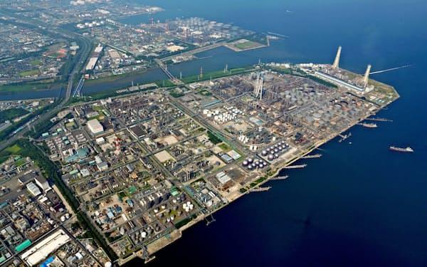 国内の製油所の多くは完成から50年が経過(コスモ石油の千葉製油所)