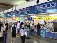 石垣港の離島ターミナルはフェリーで離島へわたる観光客でにぎわう(7月、沖縄県石垣市)