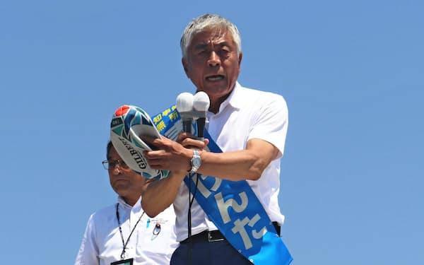 ラグビーボールを持って演説する青島氏(8日午前、埼玉県熊谷市)
