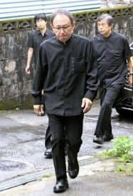 沖縄県の翁長雄志前知事の一周忌に合わせ、弔問に訪れた玉城デニー知事(8日、那覇市)=共同