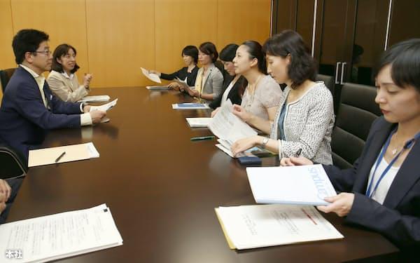 加藤内閣人事局長(左)と話す「霞が関で働く女性有志」のメンバー(6月26日、東京都千代田区の内閣府)