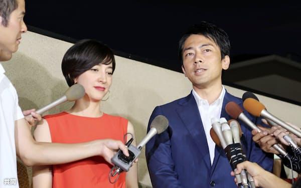 神奈川県横須賀市の実家の前で記者団の取材に応じる小泉進次郎衆院議員(右)と滝川クリステルさん(7日夜)=共同