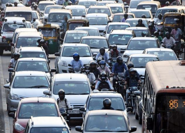インドの新車販売は4~6月に前年同期比17%減となった(渋滞するニューデリーの幹線道路)