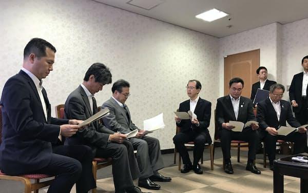 要望書を読み上げる内堀雅雄知事(中央)