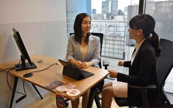 160件応募のあった事業案コンテストで、一般職女性の2人組みが勝ち抜いた(東京都中央区、ウィーワーク・ギンザシックス店の事務所内)