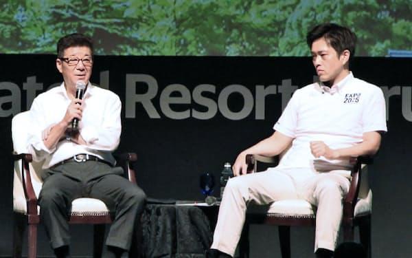 討論する大阪府の吉村知事(右)と大阪市の松井市長(8日、大阪市北区)