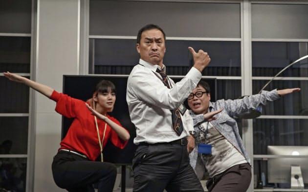 「君は天才!」の一場面。左から池田エライザ、渡辺謙、バッファロー吾郎A (C)NHK