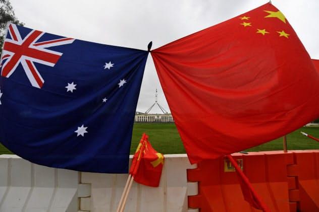 豪中は経済的な結びつきは強い(キャンベラに掲げられた両国の国旗)=AAP