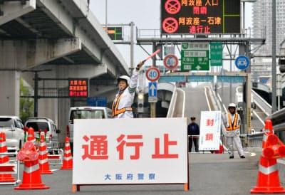 通行止めとなった阪神高速の入り口(6月27日午前、大阪市西区)
