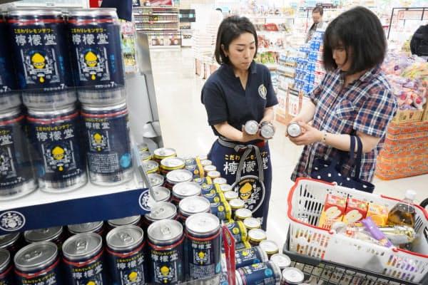 日本コカ・コーラは昨年5月に九州で缶酎ハイ「檸檬堂」の試験販売を始めた。(福岡県内のディスカウントストアの昨年の店頭)